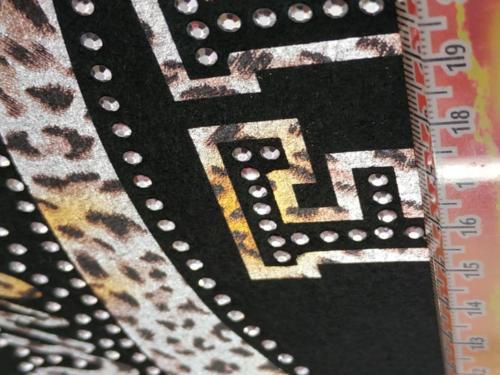 GRAFICOM Patch termoadesiva in tessuto stampato CMYK, tagliato al vivo con strass.