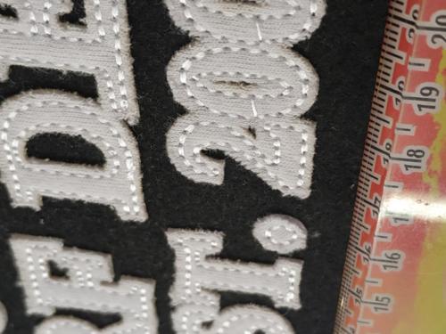 GRAFICOM Patch termoadesiva con lettere in tessuto cucite e sfilacciate.